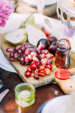 果子的构成 有李子,绿色梨,黑暗的葡萄,并且水多的樱桃在木板说谎 图库摄影