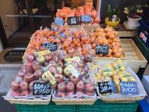 果子的许多类型准备好在架子的待售在市场上, 免版税库存图片