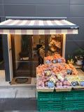 果子的许多类型准备好在架子的待售在市场上 免版税图库摄影