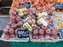 果子的许多类型准备好在架子的待售在市场上 免版税库存照片