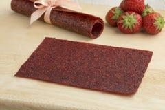 果子皮革Sheetl作为一个自然地甜快餐和新鲜的草莓 免版税库存图片