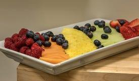 果子盛肉盘包括莓,菠萝,蓝莓,甜瓜 库存图片