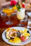 果子盛肉盘和异乎寻常的鸡尾酒 免版税图库摄影