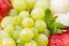 果子盛肉盘照片-葡萄和薄菏 免版税库存照片