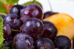 果子盛肉盘-葡萄和桃子 库存图片