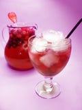 果子红色打孔机鸡尾酒饮料用草莓 库存图片