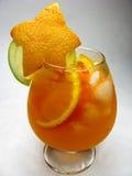 果子红色打孔机鸡尾酒饮料用草莓 库存照片