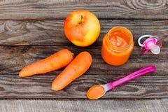 果子纯汁浓汤、红萝卜、苹果和安慰者 图库摄影