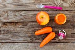 果子纯汁浓汤、红萝卜、苹果和安慰者 免版税库存照片