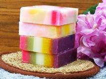 果子肥皂和毛巾在木背景 免版税库存照片
