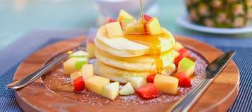 果子薄煎饼用蜂蜜 免版税库存图片