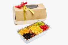 果子蛋糕和被包装的礼物 免版税库存图片