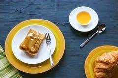 果子蛋糕用蜂蜜和新月形面包在蓝色木背景 白天,低调,选择聚焦,影片作用 库存照片