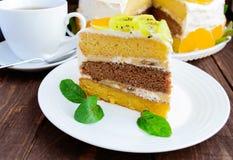 果子蛋糕-猕猴桃,桔子,薄荷叶片断  库存图片