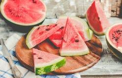 果子西瓜和片断在木背景中 有选择性 免版税库存照片