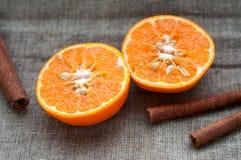 果子设置了-橙色蜜桔一半和桂香 库存图片
