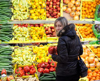 果子购物的蔬菜妇女年轻人 免版税库存图片