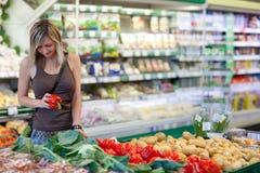 果子购物的蔬菜妇女 图库摄影