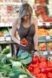 果子购物的蔬菜妇女 免版税库存照片