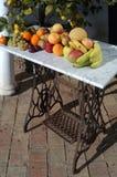 果子静物画与外面阳光的, 免版税库存图片