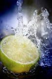 果子飞溅的水 免版税库存图片