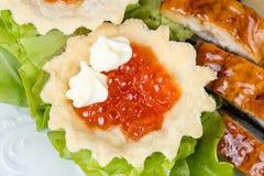 果子馅饼照片用红色鱼子酱、沙拉和鱼 免版税图库摄影
