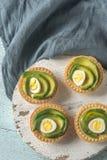 果子馅饼用乳脂干酪、鲕梨和鹌鹑蛋 库存图片