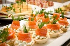 果子馅饼用乳脂干酪和三文鱼 承办酒席服务 免版税图库摄影