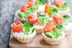 果子馅饼用乳脂干酪和熏制鲑鱼 图库摄影