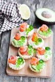 果子馅饼用乳脂干酪和熏制鲑鱼 免版税库存图片