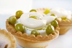 果子馅饼用在一个空白牌照的沙拉 图库摄影