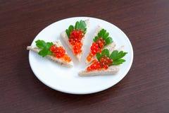 果子馅饼用在牌照的鱼子酱和荷兰芹 库存图片
