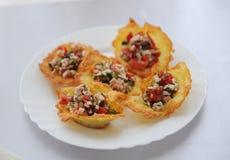 果子馅饼用在白色板材的火腿沙拉 库存图片