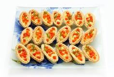 果子馅饼用在白色背景隔绝的红色鱼子酱 库存照片