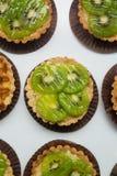 果子馅饼用焦糖和坚果 与猕猴桃的可口开胃馅饼在白色背景 图库摄影