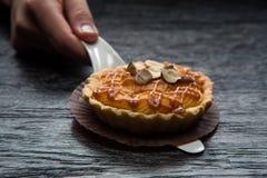 果子馅饼用焦糖和坚果 在黑暗的木背景的可口开胃馅饼 免版税库存图片