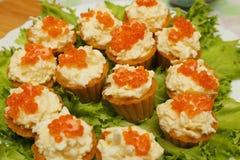 果子馅饼用红色鱼子酱和乳酪开胃菜 库存图片