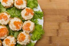 果子馅饼用红色鱼子酱和乳酪开胃菜 免版税库存照片