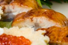 果子馅饼用红色鱼子酱和鱼,特写镜头 免版税库存图片