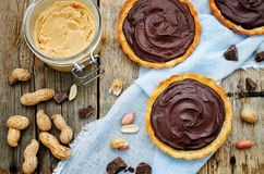 果子馅饼用花生酱奶油甜点和巧克力 免版税图库摄影