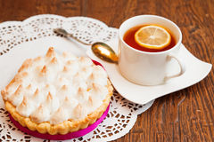 果子馅饼用蛋白甜饼和柠檬酱 免版税库存图片