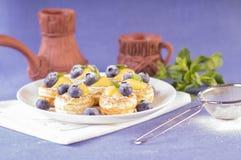 果子馅饼用Patissiere奶油和蓝莓 免版税库存图片