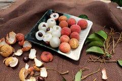 果子,与水多的黏浆状物质的荔枝板材  库存照片