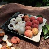 果子,与水多的黏浆状物质的荔枝板材  免版税库存图片