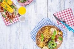 果子,各种各样的烤快餐,夏天午餐的 健康的食物 在白色背景的开胃菜 复制空间 平的位置 图库摄影