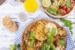 果子,各种各样的烤快餐,夏天午餐的 健康的食物 在白色背景的开胃菜 复制空间 图库摄影
