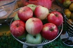 果子,闭合在红色苹果和绿色苹果 免版税图库摄影