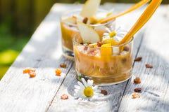 果子头昏眼花的可口梨奶油甜点葡萄干 免版税图库摄影