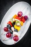 果子kebabs用莓果和热带水果 图库摄影