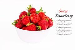 结果实在盛肉盘的成熟草莓 库存图片